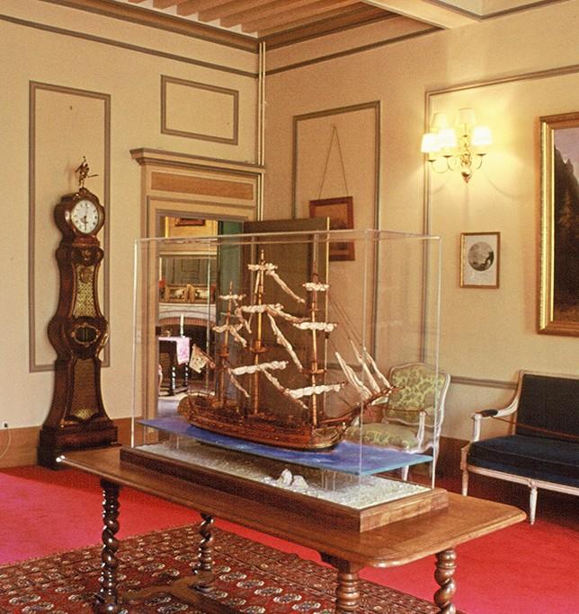 La maquette de vaisseau au centre du Salon Jaune